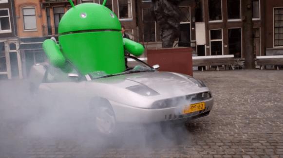 Un bugdroid géant encastré dans une voiture à Amsterdam