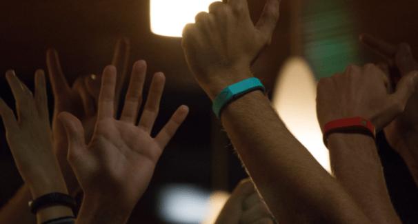 Trak : un bracelet shazam-like qui enregistre les playlists de soirées