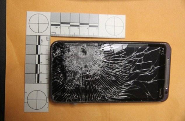 Un HTC bloque une balle de revolver et sauve la vie d'un homme
