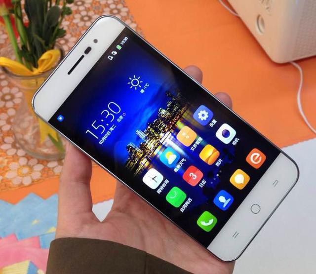 Avec 4,7 mm d'épaisseur, le Ivvi K1 Mini est bien le nouveau smartphone le plus fin du monde