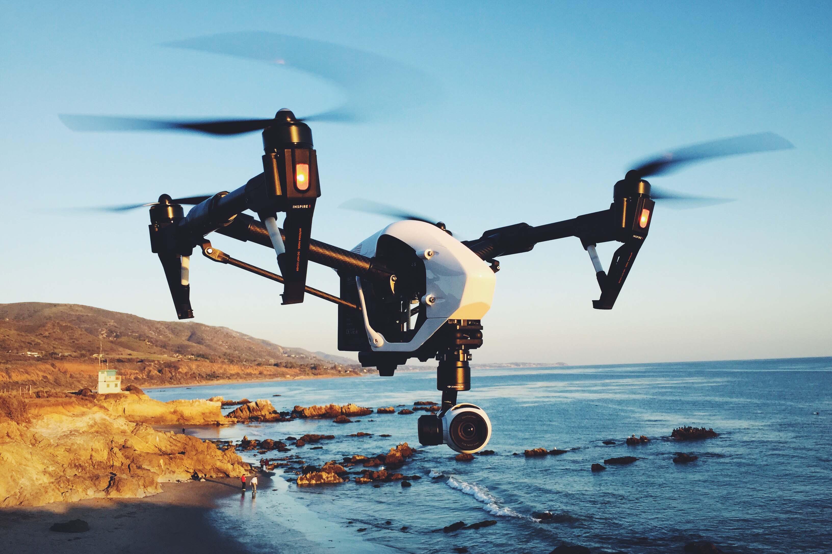 Un drone éteint à distance les ampoules connectées d'un immeuble
