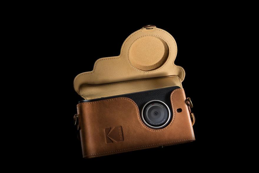 Kodak Ektra : faux cuir, peinture métallisée et un capteur photo sans prétention