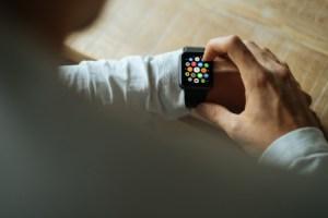 Pour Tim Cook, l'Apple Watch se vend bien (malgré la chute de parts de marché)