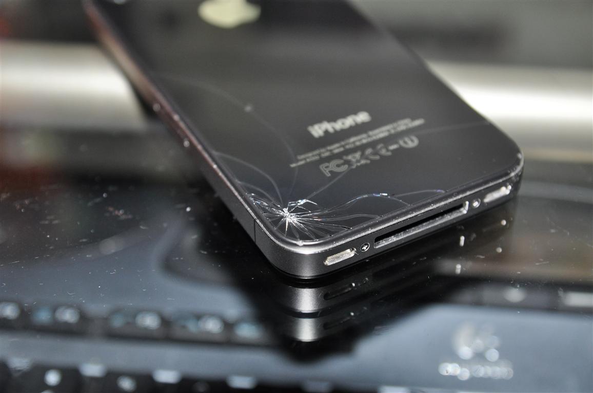 Apple iPhone 8 : deux panneaux de verre maintenus ensemble par un châssis en acier inoxydable