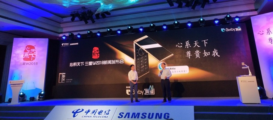 Samsung officialise le W2018, son smartphone à clapet premium