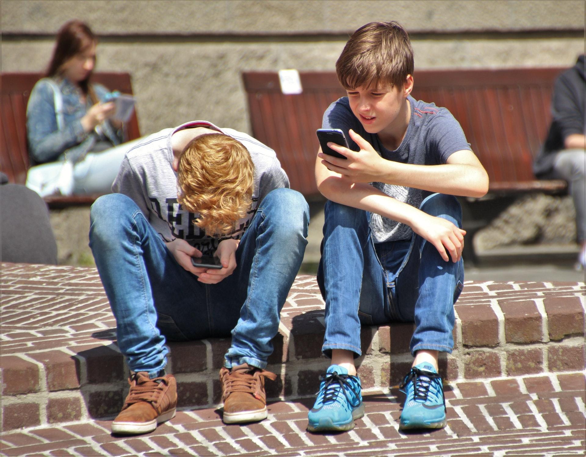 Passer moins de temps sur le smartphone rendrait les ados plus heureux d'après une étude