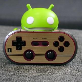 Prise en main de la 8bitdo FC30 Pro, la manette Bluetooth qui fait tourner les têtes