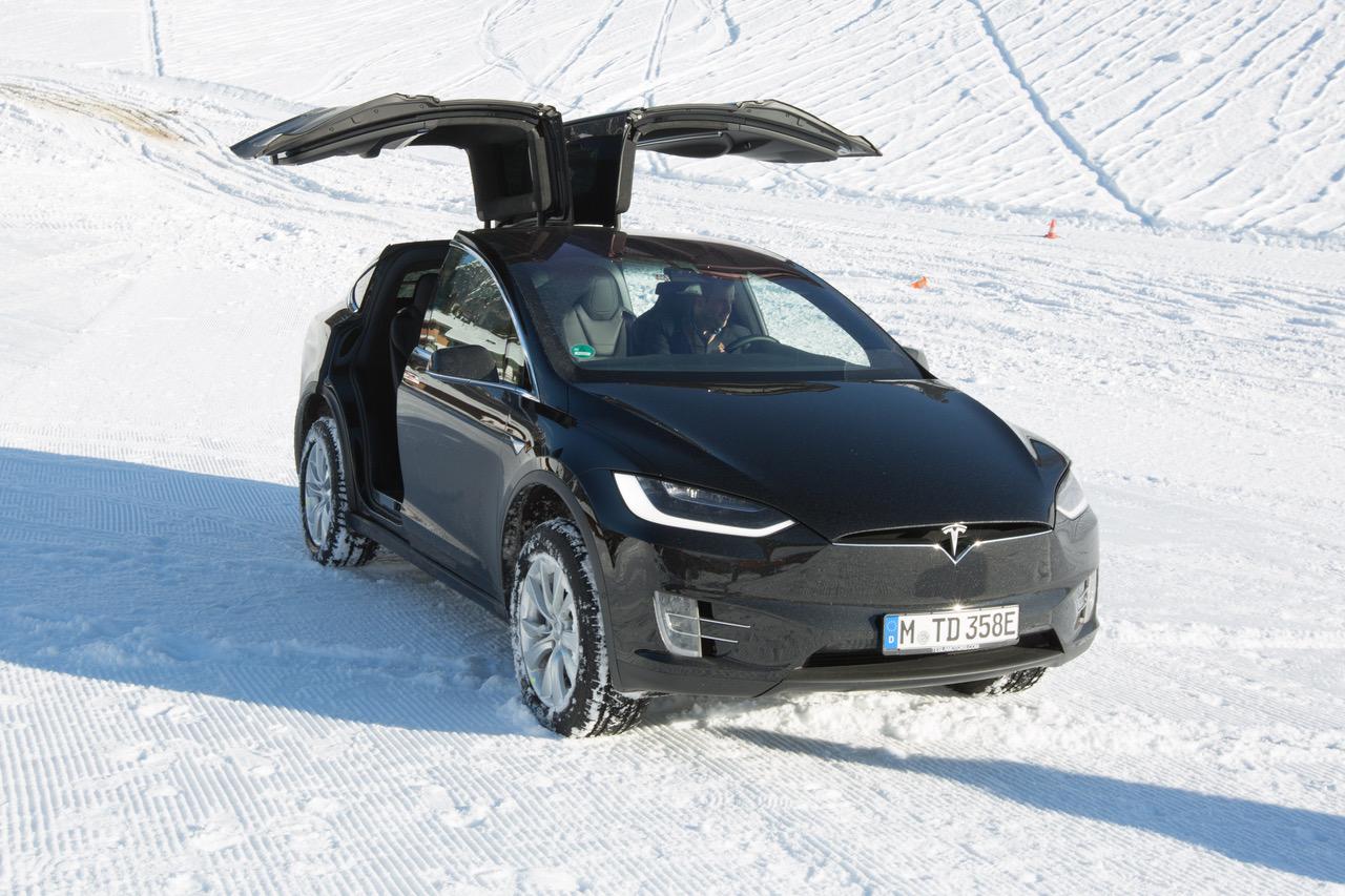 Tesla Model X: un OVNI sur la neige