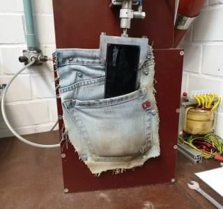 De la tempête de poussière à la poche de pantalon: aperçu de la torture d'un smartphone en laboratoire
