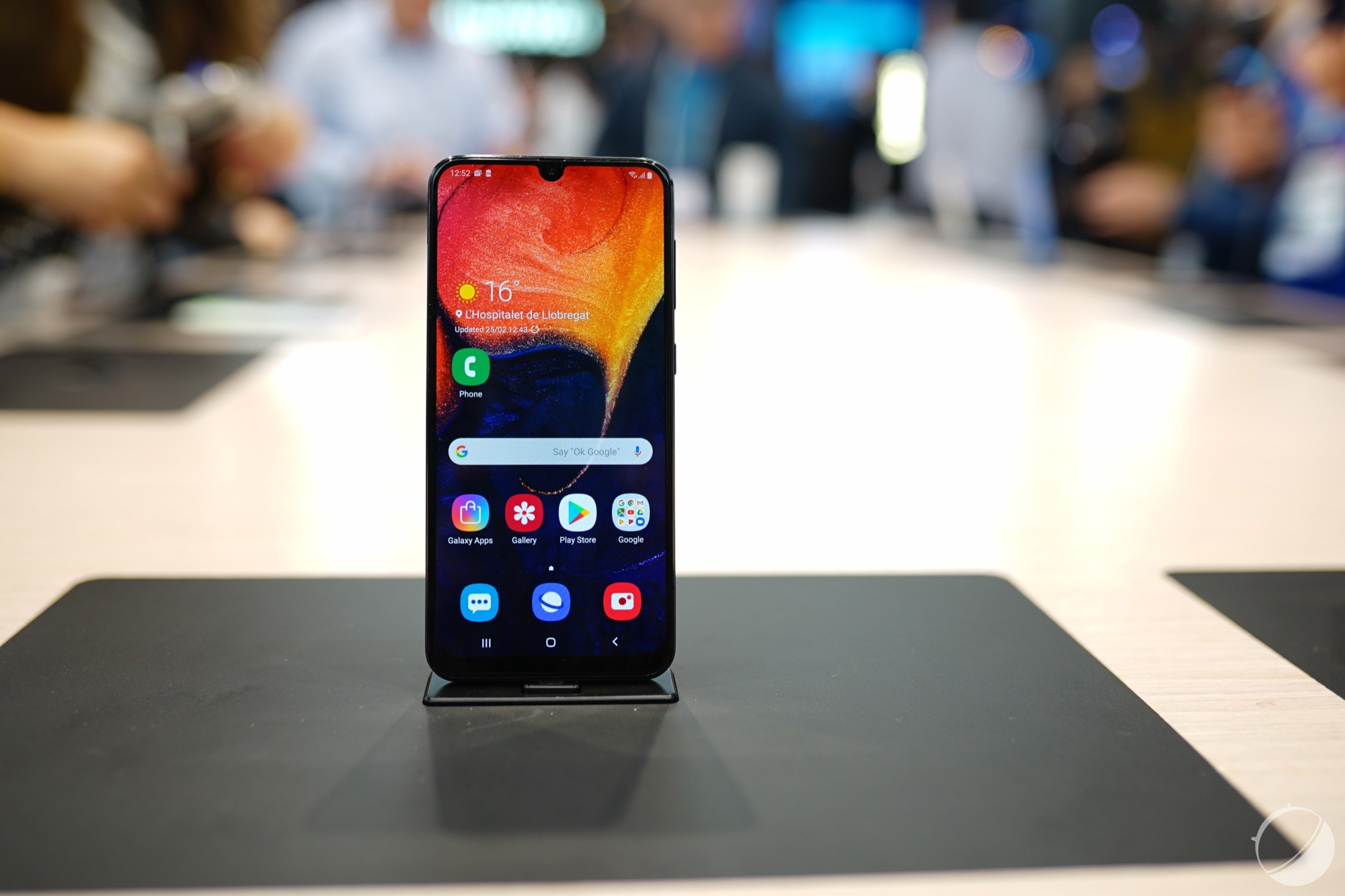 Le Samsung Galaxy A40 apparaît chez un revendeur, dévoilant son design, sa fiche technique et son prix
