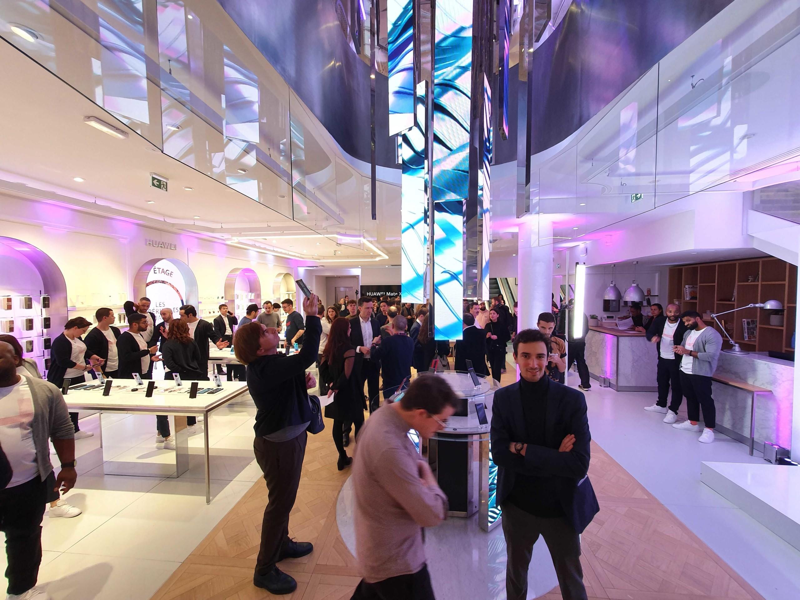 Le Huawei flagship store de Paris ne copie pas Apple et ça fait du bien
