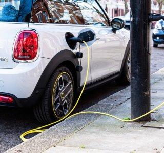 Des lampadaires transformés en borne de recharge pour voitures électriques
