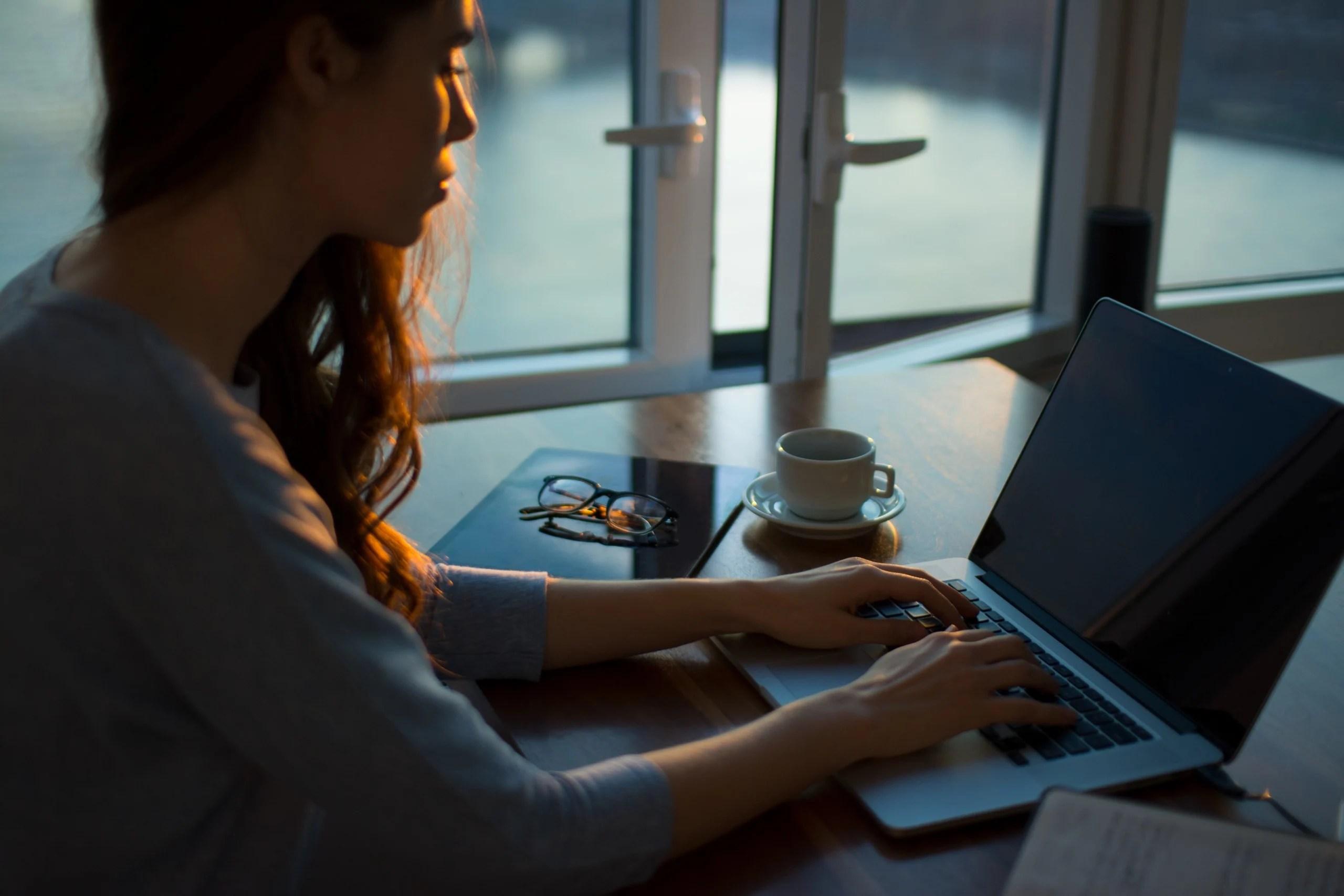 Équipement télétravail : Écrans, PC et accessoires indispensables pour bien travailler à la maison