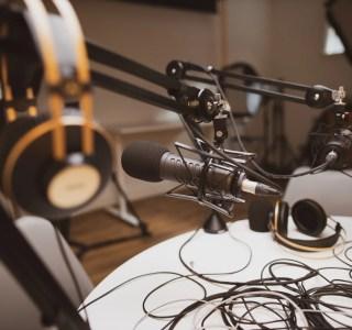 Créer un podcast : micro, casque, logiciel… tout ce qu'il faut pour débuter