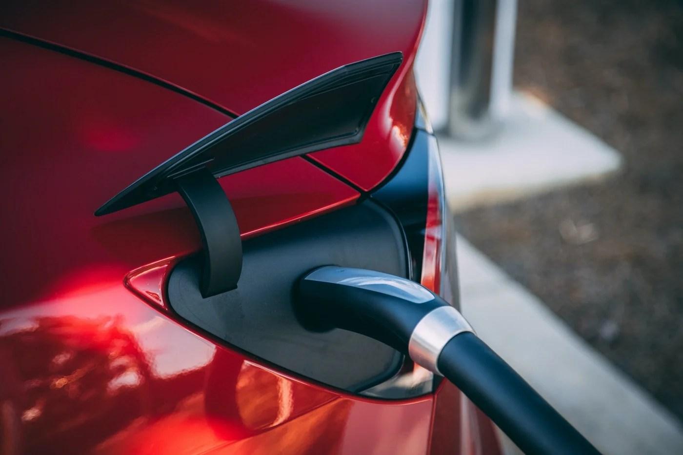 Non, une voiture électrique ne pollue pas autant qu'une essence ou une diesel