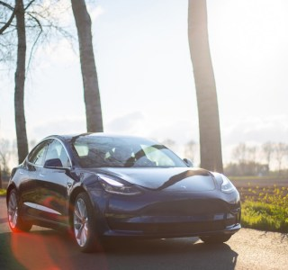 Tesla Model 3 : l'USB-C et la recharge par induction seraient dans les tuyaux