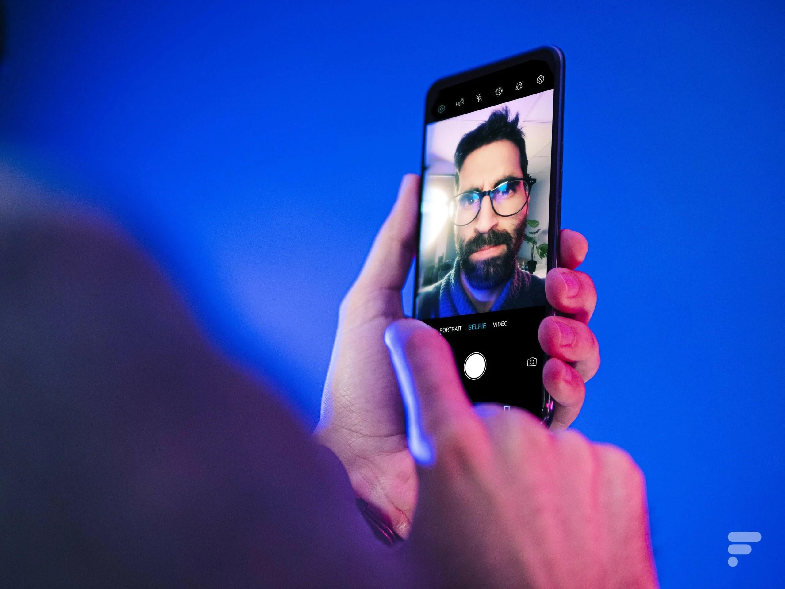 On a pris plein de selfies avec le premier capteur photo sous l'écran d'un smartphone et ce n'est pas terrible