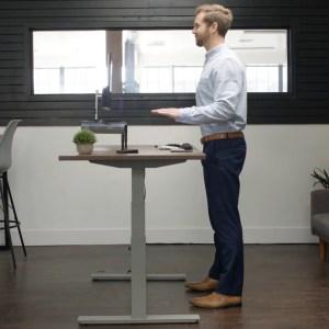 Il s'élève, vous comprend et propose même du yoga: ce bureau connecté pense à votre bien-être
