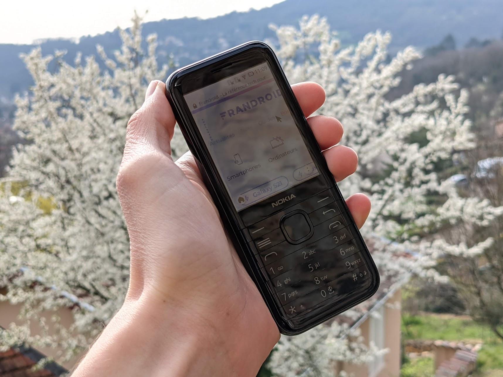 Test du Nokia 8000 (4G) : relique 2.0 ou véritable outil de détox numérique ?