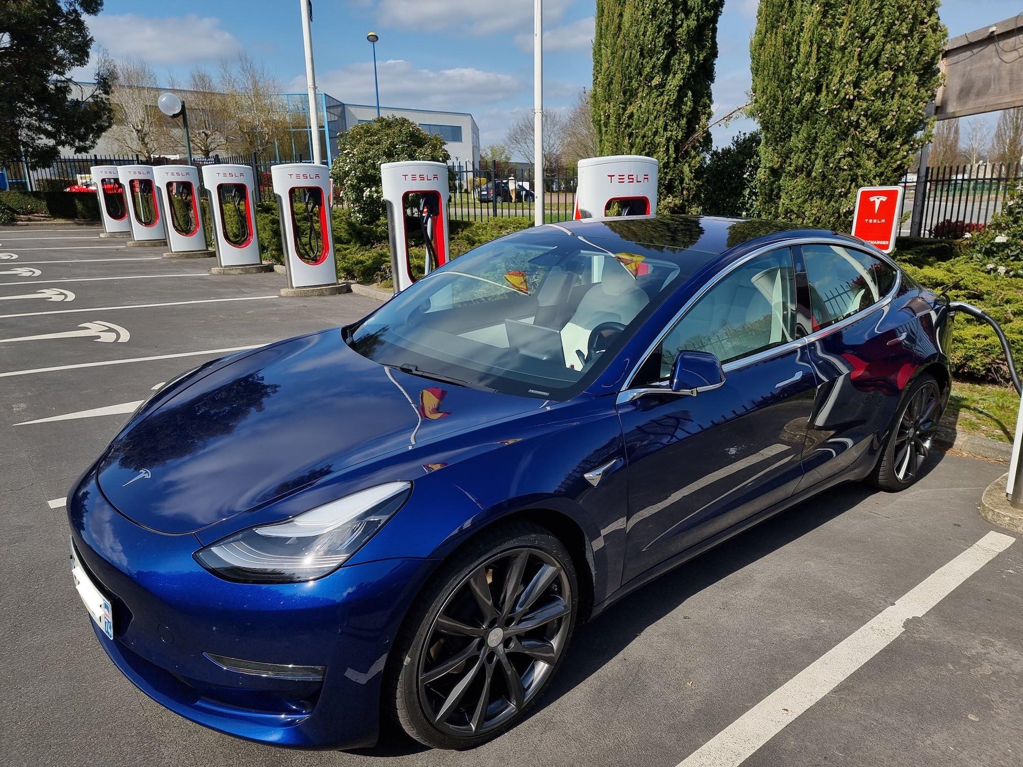 Tesla : le réseau de Superchargeurs progresse vite mais reste à la traîne