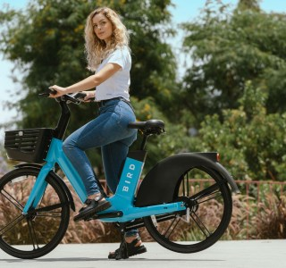 Vélos électriques en libre-service: Bird va voler de ses propres ailes en France