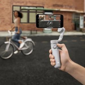 DJI OM 5 : le nouveau stabilisateur pour smartphone fait également perche à selfie