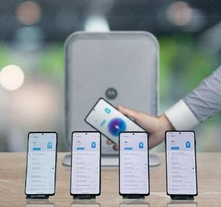 Motorola frime avec un chargeur sans fil à distance sur quatre smartphones