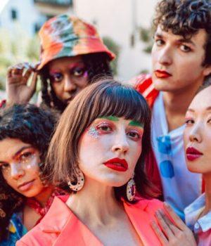 Des jeunes personnes aux expressions de genre variées et flamboyantes