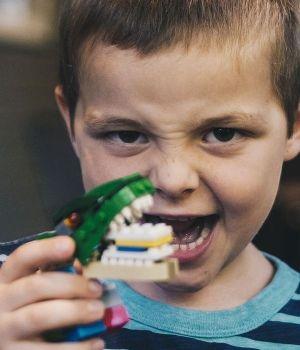 enfant-jouet-dinosaure-600