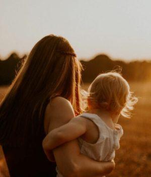 mere-enfant-champs-coucher-de-soleil