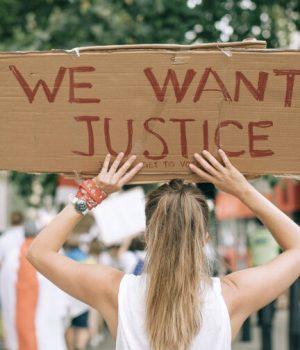 femme-manifestation-justice