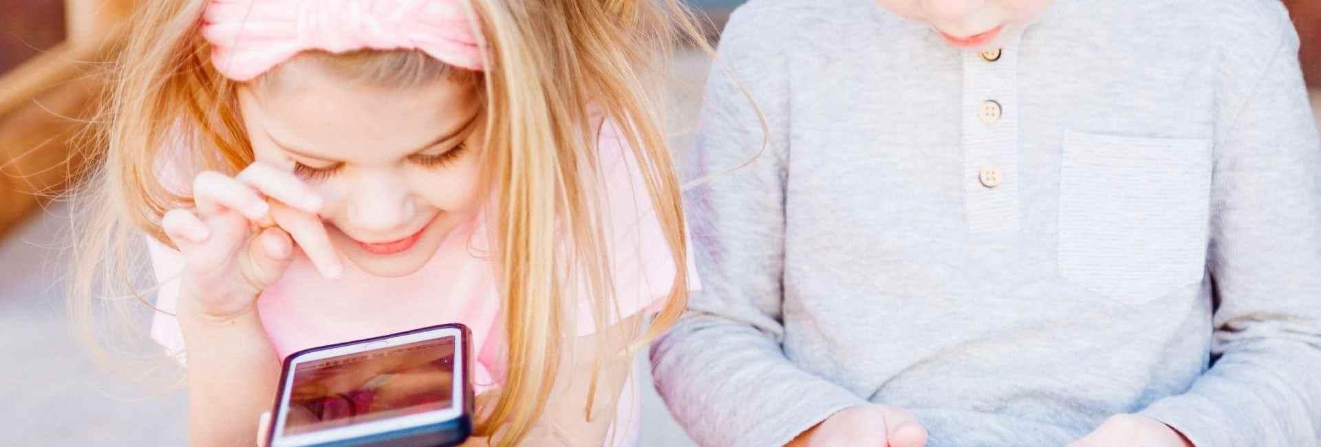 Deux enfants avec des smartphones