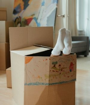 enfant-carton-pieds-600