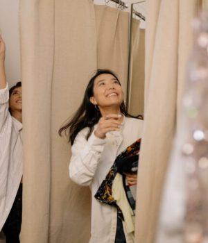 Des femmes s'apprêtent à essayer des vêtements dans une cabine d'essayage (photo prétexte d'une banque d'image)