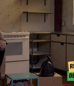 Deux actrices de la série The bold type dans une cuisine vide