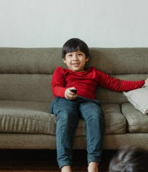 enfant-canapé-télé