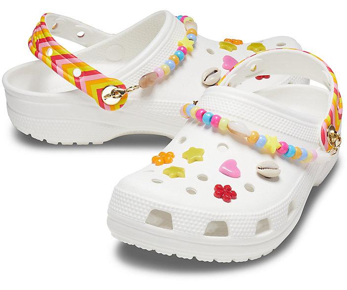 Crocs blanches à breloques multicolores, 39,99€.