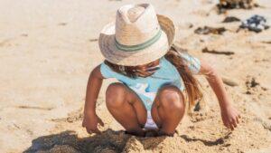 enfant-plage-soleil-chapeau-lunettes