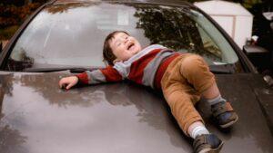 enfant-voiture-rire