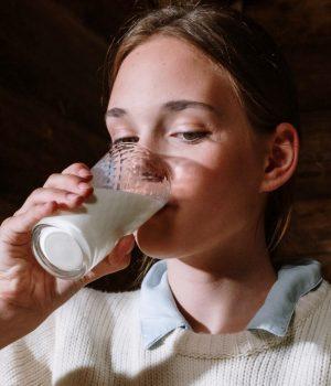 fille-boit-lait-vert