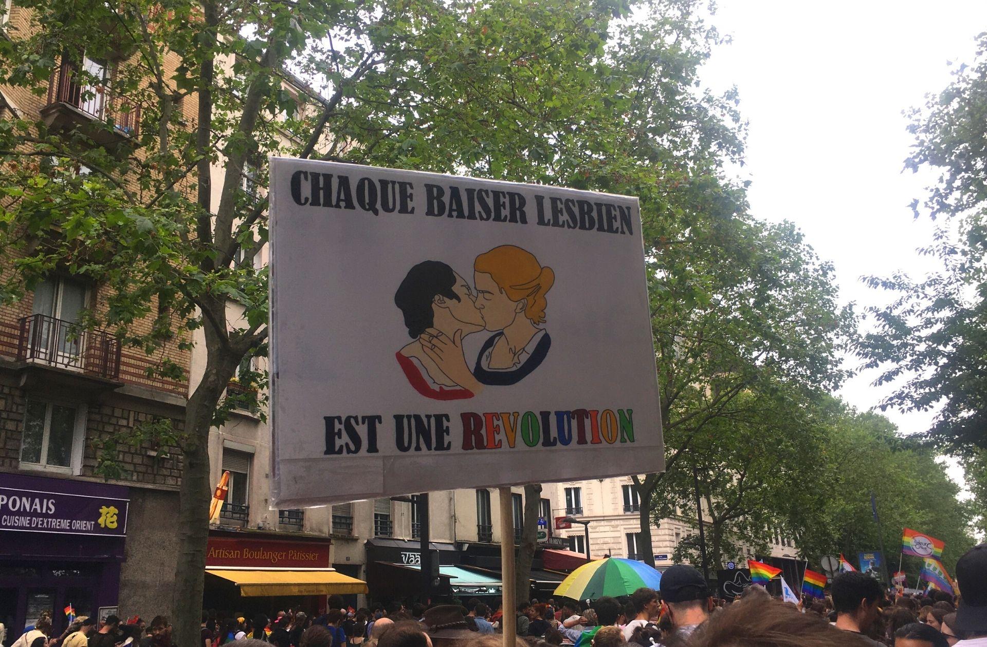 Pancarte faisant référence à Portrait de la jeune fille en feu lors de la Marche des Fiertés de Paris, le 26 juin 2021 – Maëlle Le Corre