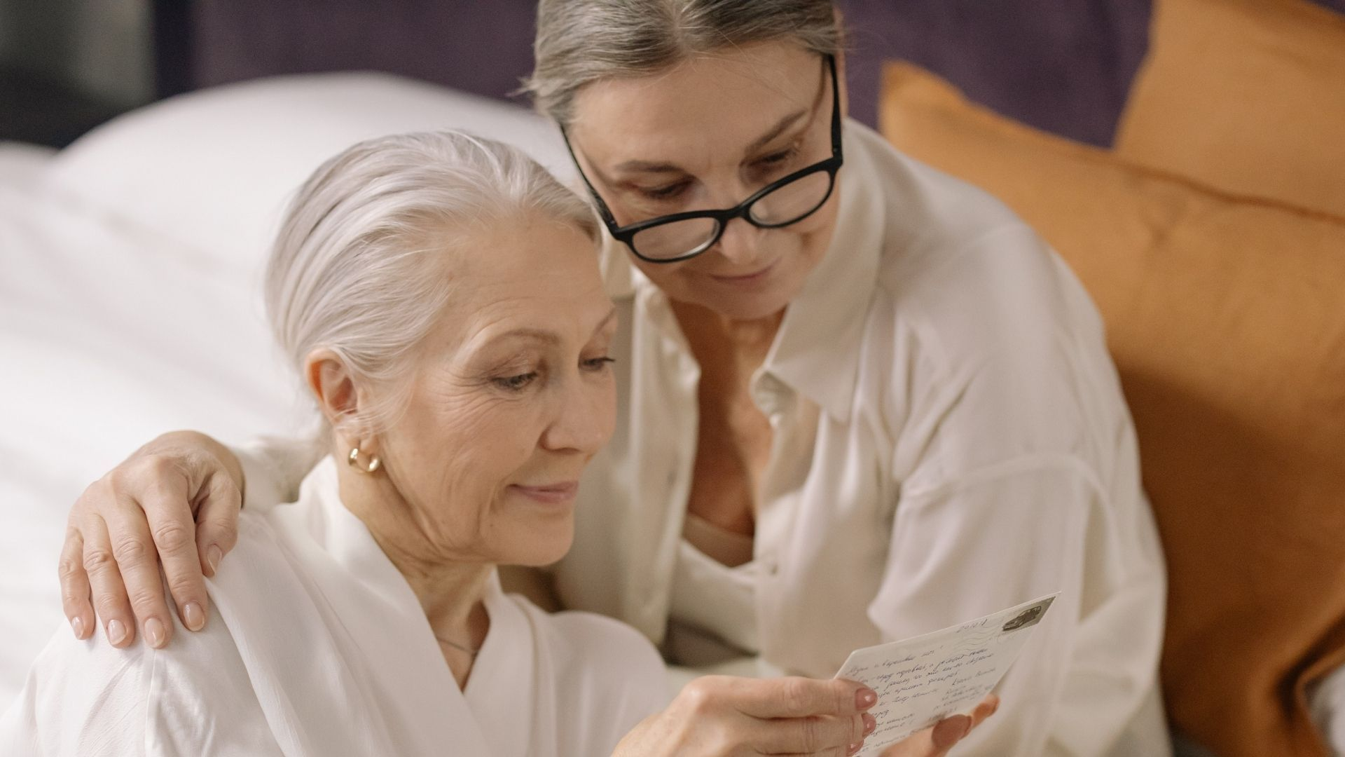 Couple de femmes seniors sans un lit. Crédit photo : Cottonbro (Pexels)