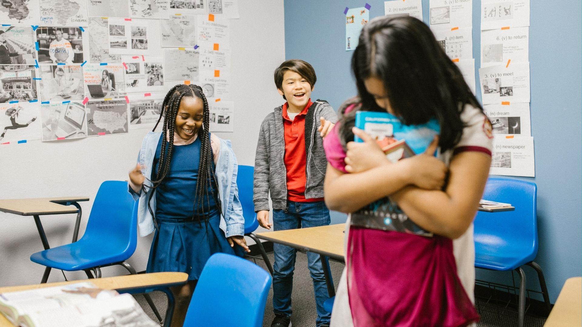 Deux élèves se moquent et harcèlent une de leur camarade en classe – RODNAE (Pexels)