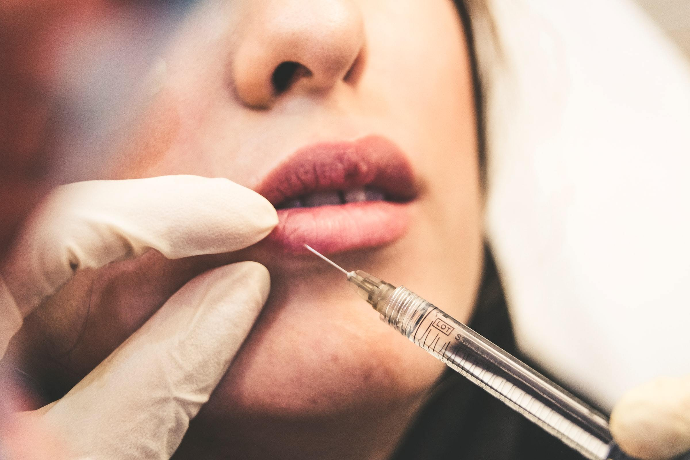Le Royaume-Uni interdit le Botox aux moins de 18 ans et met en lumière ses complications