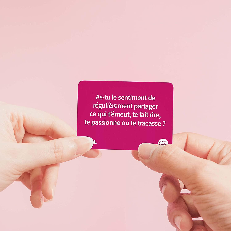 Une carte du jeu SOCIAL Couples demandant : « As-tu le sentiment de régulièrement partager ce qui t'émeut, te fait rire, te passionne ou te tracasse ? »