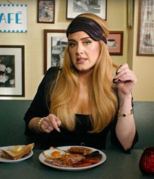 Adele-goûte-à-laveugle-des-spécialités-anglaises-pour-le-British-Vogue
