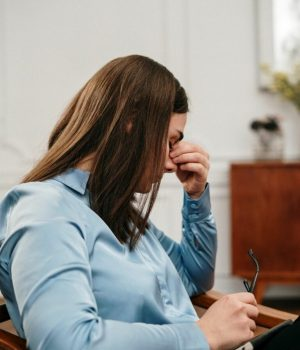 Psychologue fatiguée dans son cabinet