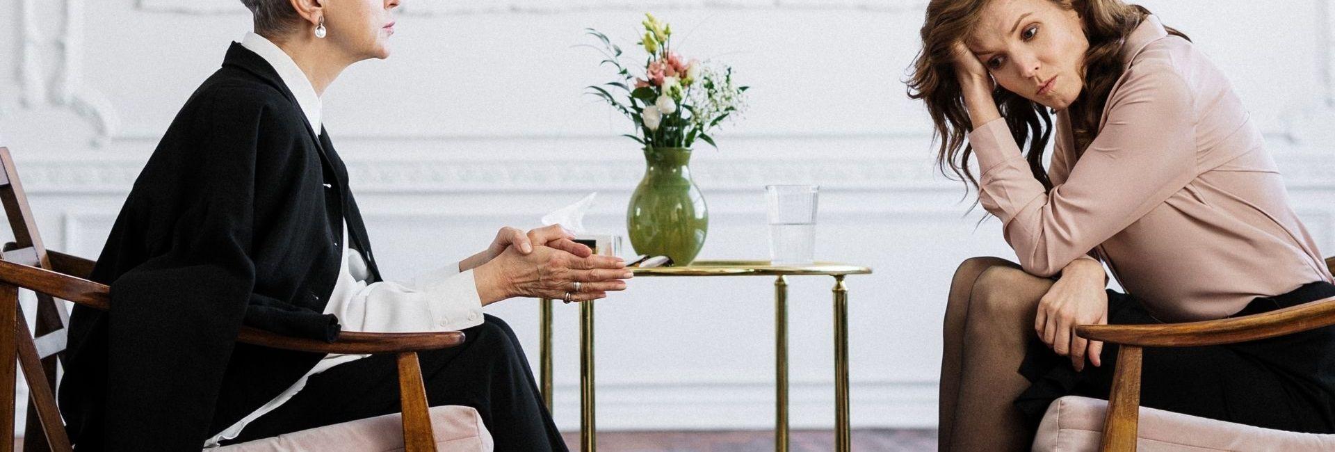 Deux femmes assises dans un cabinet de psychologue