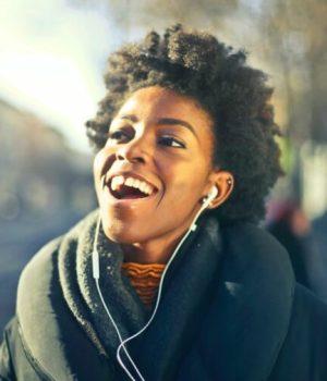 La-mode-redécouvre-les-écouteurs-filaires