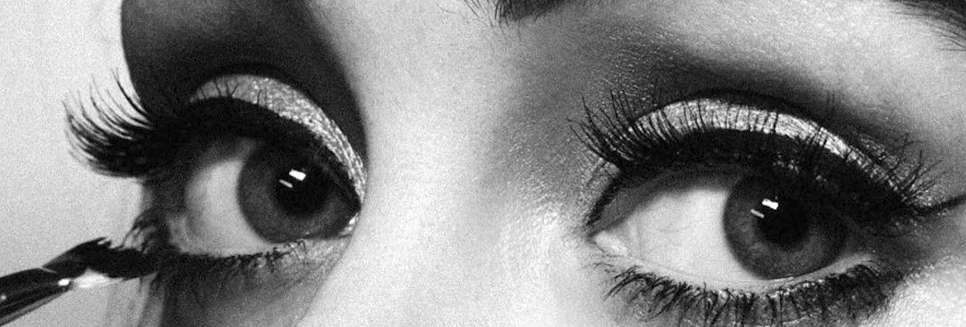 Gros plan sur les yeux maquillés de la chanteuse Adele